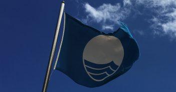 Blaue Fahne Strand Kanarische Inseln Teneriffa