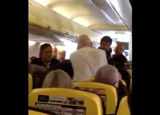 Socken-Streit im Teneriffa-Flieger: Betrunkener beißt Mann die Nase blutig