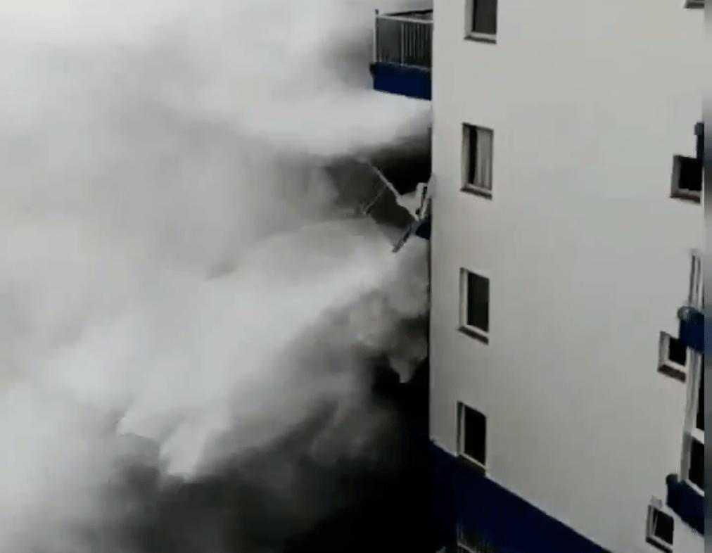 Teneriffa: Riesen-Welle reißt Balkon aus Hochhaus