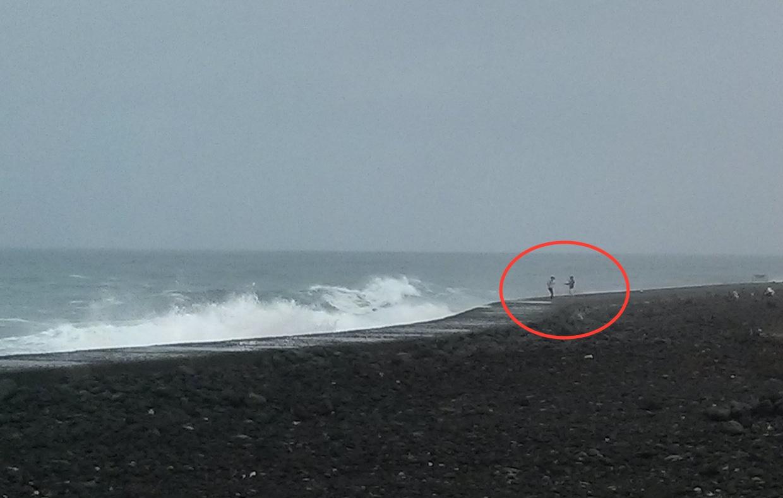 Paar ignoriert Wellenwarnung und gerät in Lebensgefahr