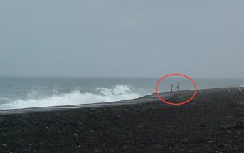 Wellenwarnung Teneriffa Paar